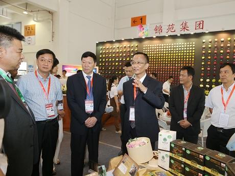 卫星杨照辉巡视普洱展馆