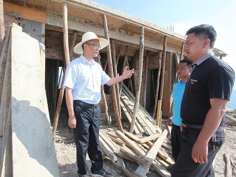 卫星到孟连西盟调研安居工程建设