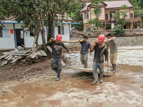 西盟群众以劳折资推进安居房建设