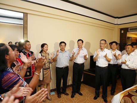 卫星杨照辉等市领导看望出席市第四次党代会代表