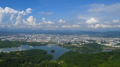 """绿——""""中国最具特色旅游城市""""殊荣的底色"""