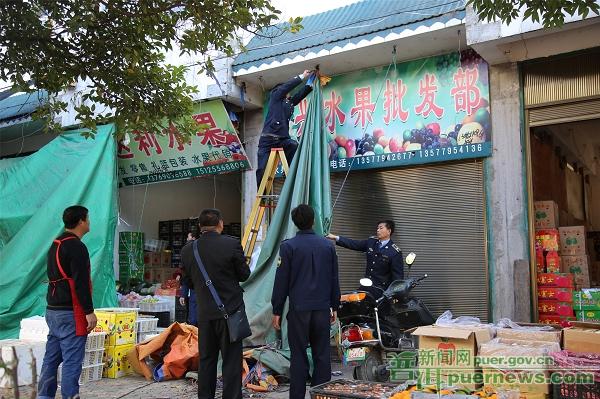 """景东""""以柔克刚""""清理占道经营 破解城市管理难题"""