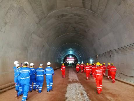 玉磨铁路12标松香3号隧道顺利贯通