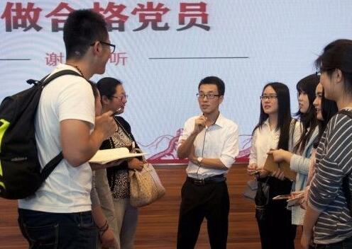 中国青年网|中国人的故事丨80后网红!他靠什么当选十九大代表?