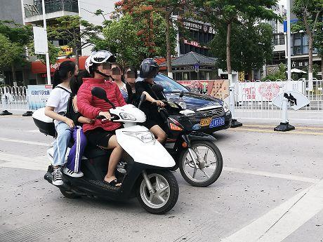 三人挤坐摩托车既不文明也不安全