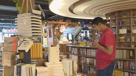 """普洱市民逛书店假日""""充电""""忙"""