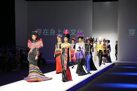 乐虎国际娱乐官网民族服饰文化元素惊艳2019中国国际时装周