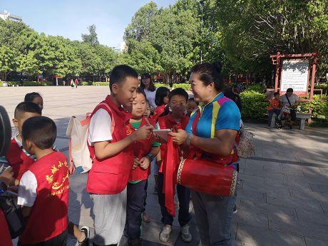 茶城小记者聚焦全国文明城市创建活动