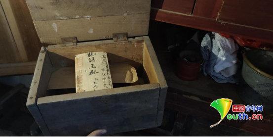 存放家书的小木盒。受访者供图
