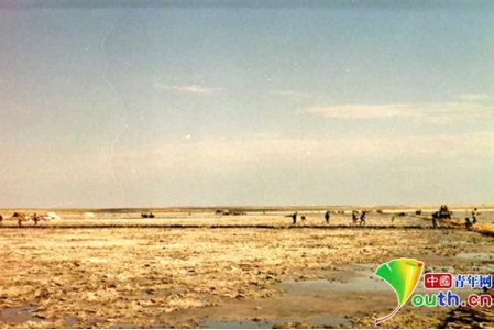 90年代初,老盐厂采硝现场。资料图