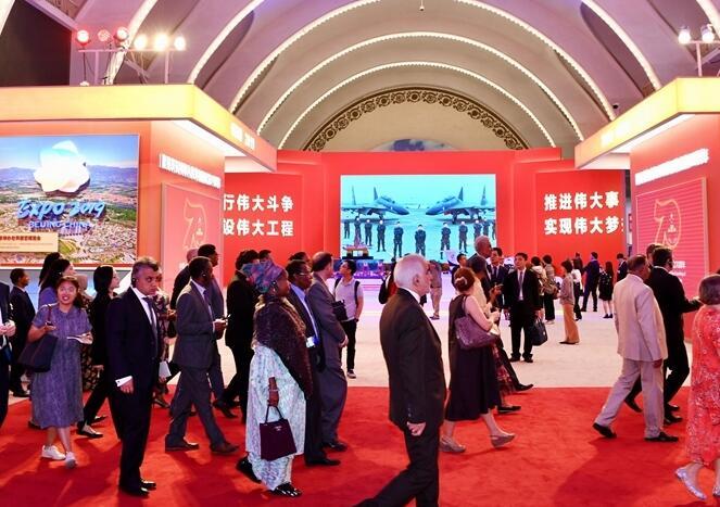 """外国驻华使节参观""""伟大历程 辉煌成就——庆祝中华人民共和国成立70周年大型成就展"""""""