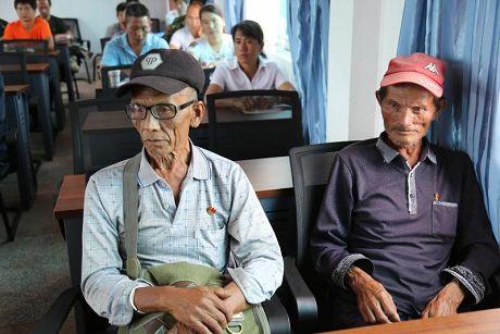景东:老党员不忘初心步行8公里听党课