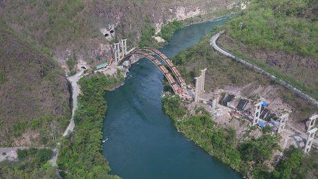 澜沧江特大桥建设有条不紊