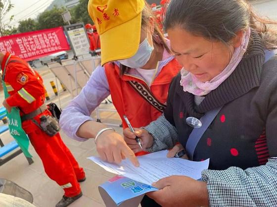 """宁洱县:开展""""爱国卫生众参与 争做文明好市民""""志愿者宣传活动"""